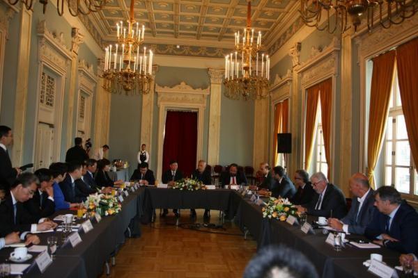 Οι δύο αντιπροσωπείες συνομιλούν για την ισχυροποίηση των δεσμών Πειραιά και Σαγκάης