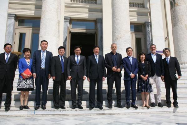 Η πολυπληθής αντιπροσωπεία αλλά και η παρουσία της κινέζας πρέσβειρας, κ. Zhang Qiyue (τρίτη από δεξιά), ανέδειξε τη σημασία που δείχνει η Κίνα και η Cosco για τον Πειραιά